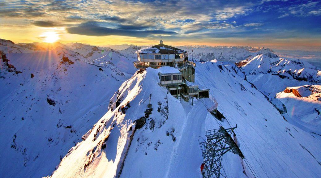 雪山からみる朝日