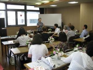 盲高齢者社会生活教室で、フラワーアレンジメント