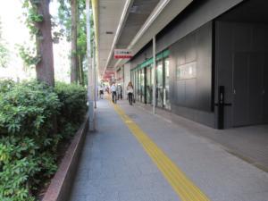 駅から中視協のある建物まで敷設された点字ブロック